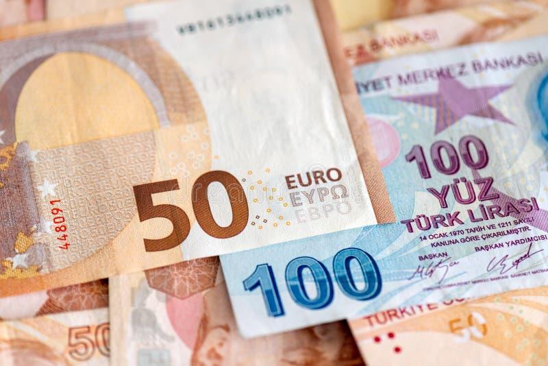 Närbild av turkiska och europeiska sedlar fotografering för bildbyråer