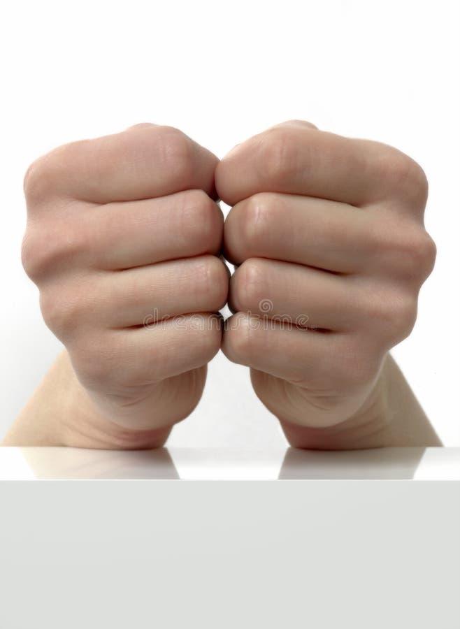 Närbild av två händer som stängs en mot annan arkivfoton