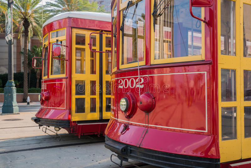 Närbild av två spårvagnar i New Orleans arkivbild