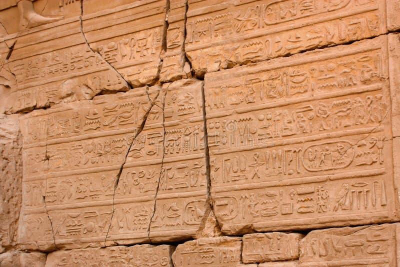 Närbild av väggen i det Karnak tempelet, Luxor, Egypten arkivfoton