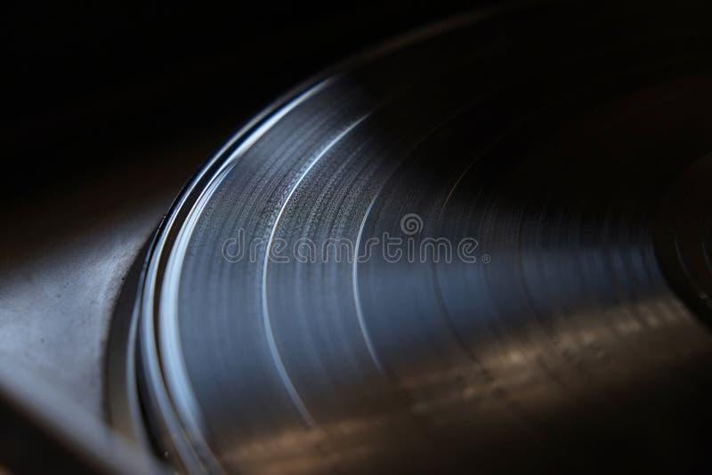 Närbild av vinylrekordet på en skivtallrik royaltyfri foto