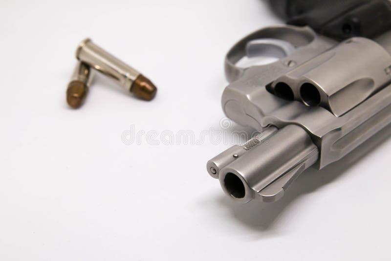 Närbild en handeldvapen med kulor som isoleras på vit bakgrund royaltyfri foto