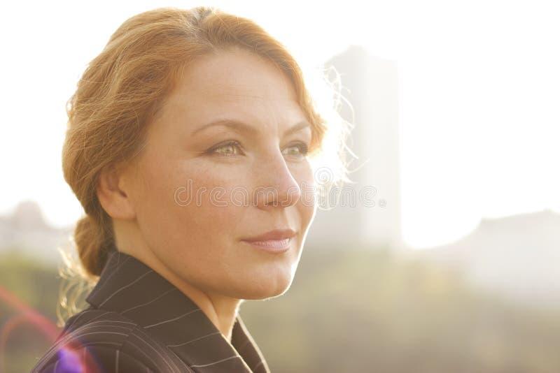 Närbild för affärskvinna av bakbelyst royaltyfria foton