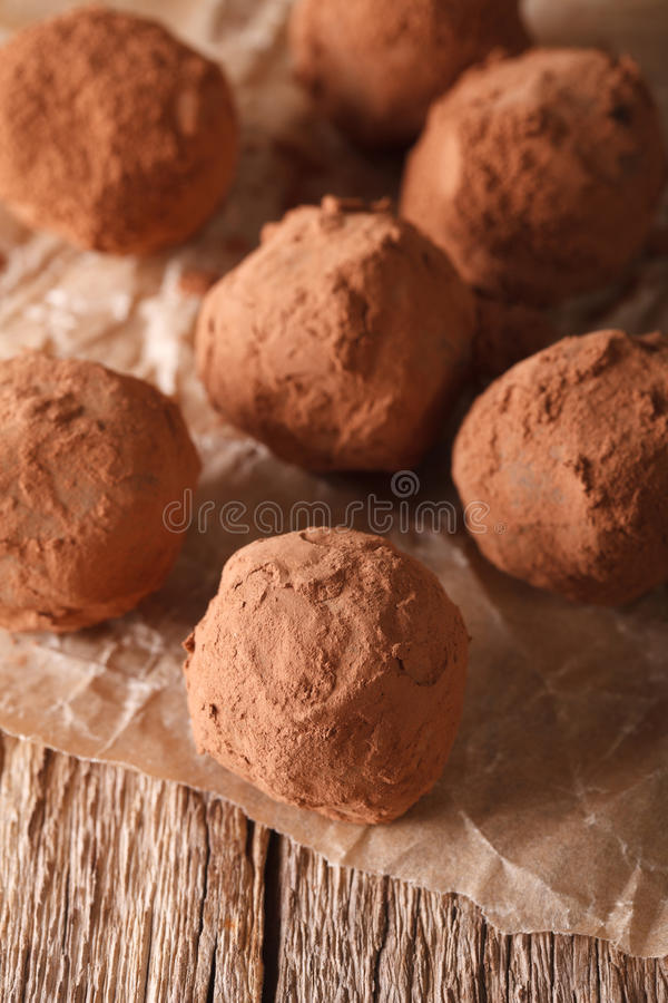 Närbild för chokladtryfflar på en trätabell vertikalt arkivfoto
