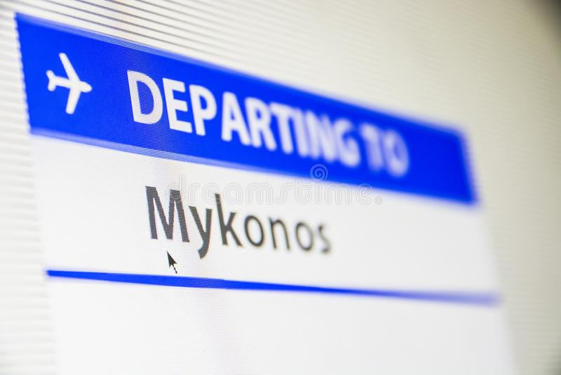 Närbild för datorskärm av flyget till Mykonos, Grekland fotografering för bildbyråer