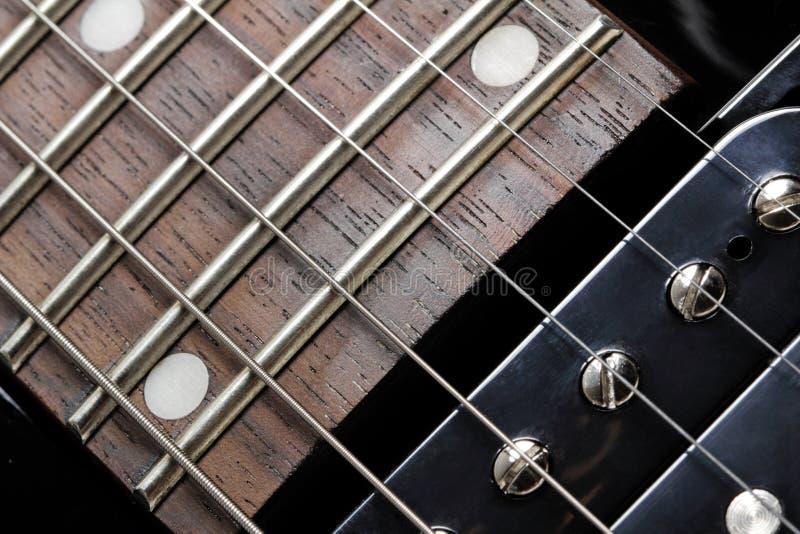 Närbild för elektrisk gitarr. Hals- och humbuckeruppsamling. fotografering för bildbyråer