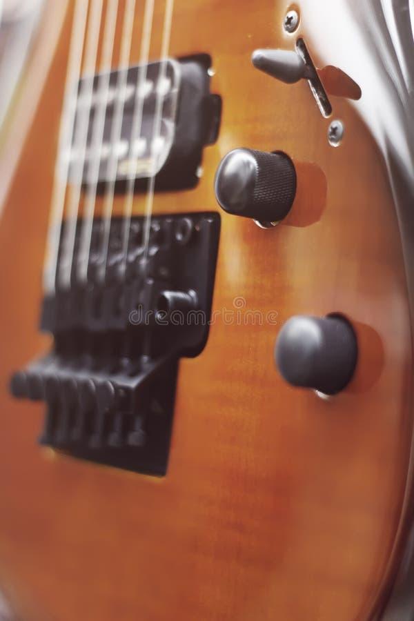 Närbild för elektrisk gitarr med den mjuka fokusen av brun färg, Floyd Rose arkivbilder