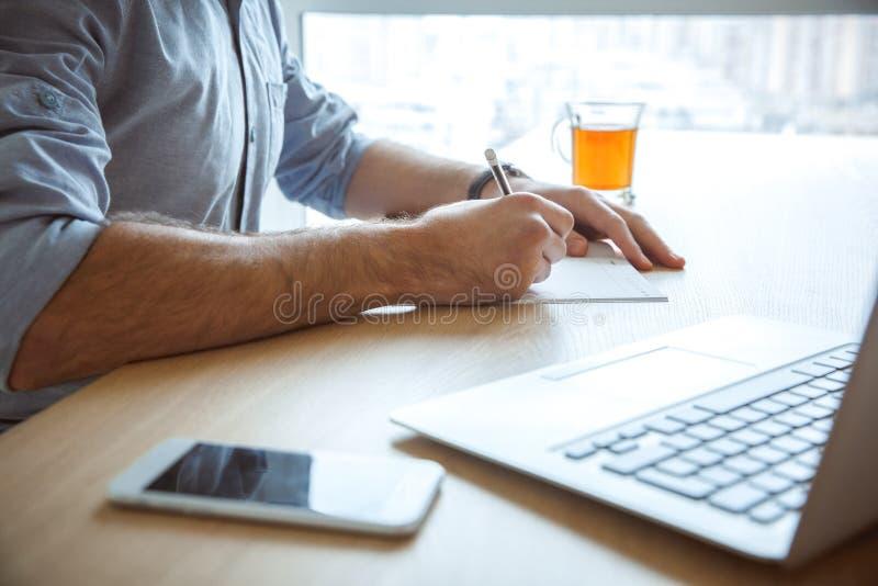 Närbild för handstil för begrepp för livsstil för arbete för ungkarlman daglig rutinmässig hemifrån enkel arkivbild
