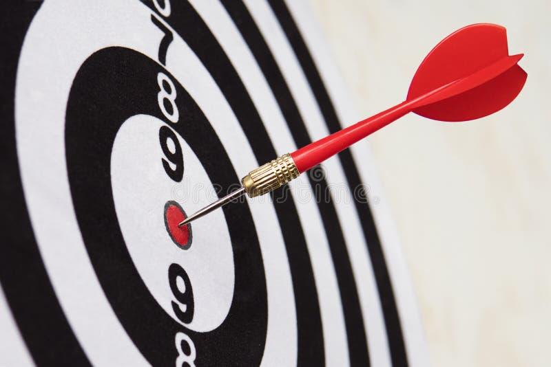 Närbild för pilslagmål väl siktat slag Segra konkurrensen Framg?ng i aff?r prestation i liv Gå till dess mål arkivbilder