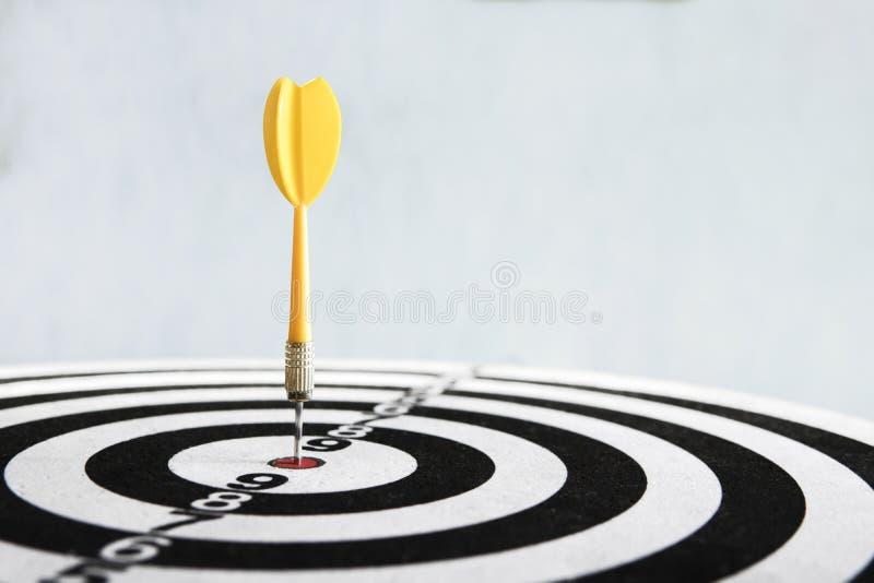 Närbild för pilslagmål väl siktat slag Segra konkurrensen Framg?ng i aff?r prestation i liv Gå till dess mål royaltyfri foto