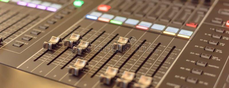 Närbild för skivtallrik för discjockey för kontroll för solid blandare för panoramautsikt färgrik royaltyfri fotografi
