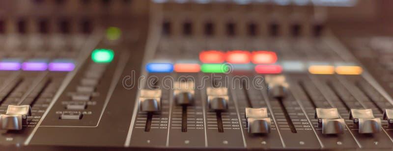 Närbild för skivtallrik för discjockey för kontroll för solid blandare för panoramautsikt färgrik royaltyfri foto