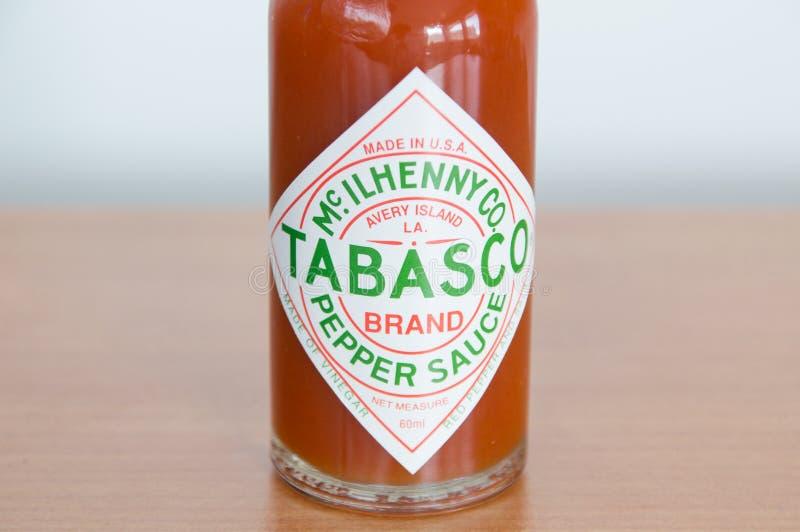 Närbild för tabascologo på flaskan Tabasco är varm sås som göras från tabasco peppar, vinäger och, saltar fotografering för bildbyråer