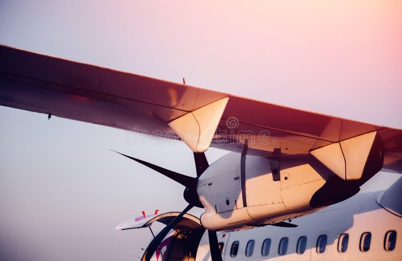 Närbild för vingklaffar ljust solljus Oss som stiger ombord Bakgrund på fall av hyttventiler arkivfoton