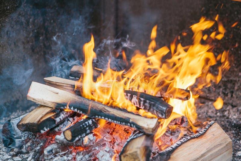 Närbild - fascinera och värmebrand bränner i rymlig ugn på vedträn royaltyfri fotografi