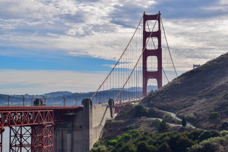 Närbild Golden gate bridge och San Francisco Cityscape från Marin Headlands royaltyfria foton