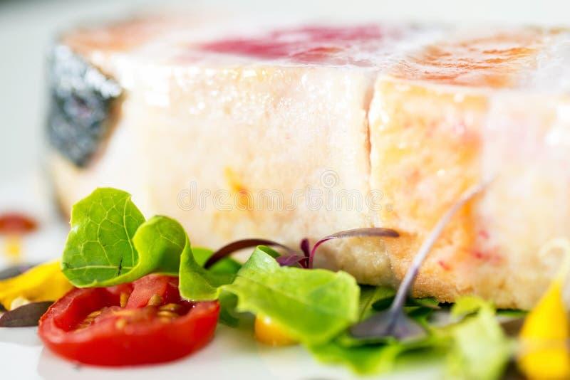 Närbild grillade skivor för laxbiff i maträtt royaltyfria foton