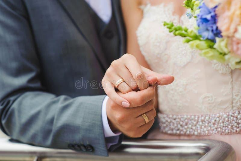 Närbild Hand av bruden och brudgummen arkivbild