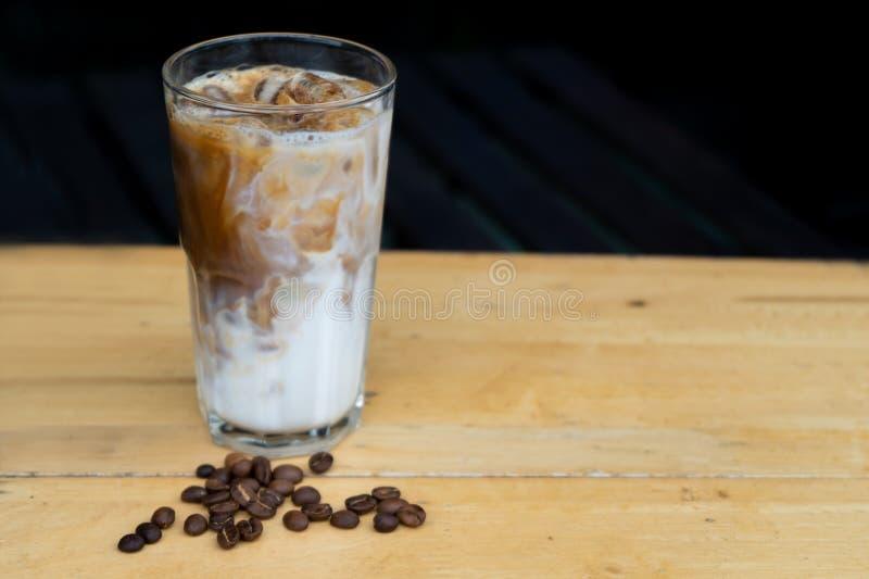 Närbild hur man gör islattekaffe, islatte på den wood tabellen royaltyfri foto