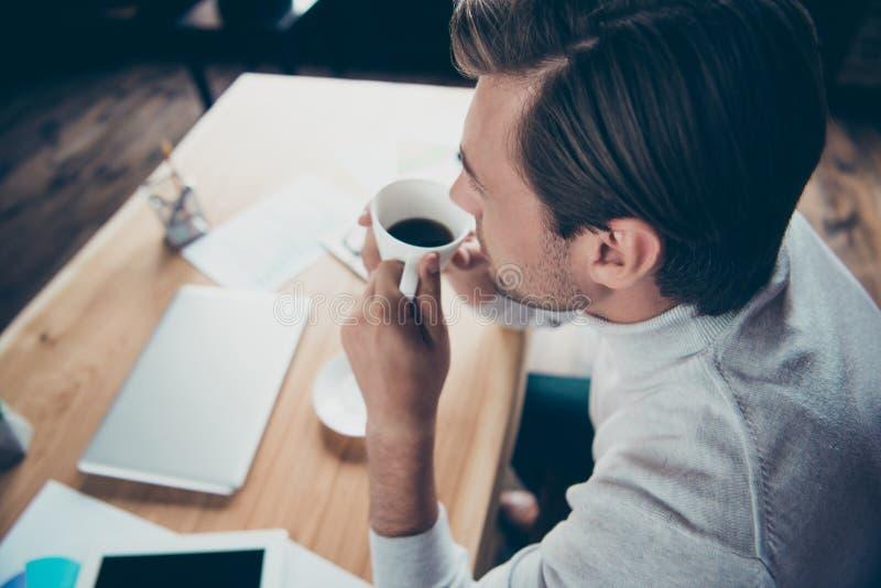 Närbild ovanför för profilsida för hög vinkel ståenden för sikt av den attraktiva nöjda fastigheten för ledareföretagsdirektör arkivfoto