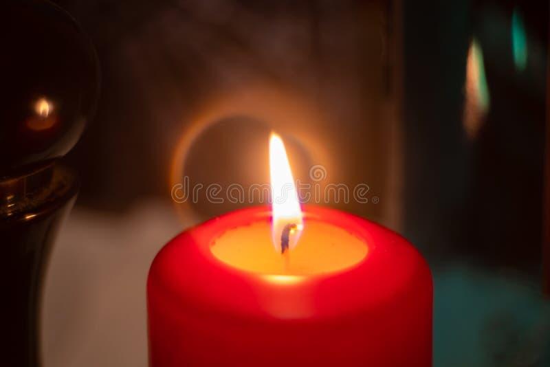 Närbild på den röda stearinljuset som birning fotografering för bildbyråer