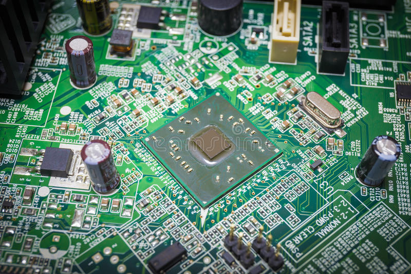 Närbild på en CPU-mikrochips på en intrig i mainboard royaltyfri foto