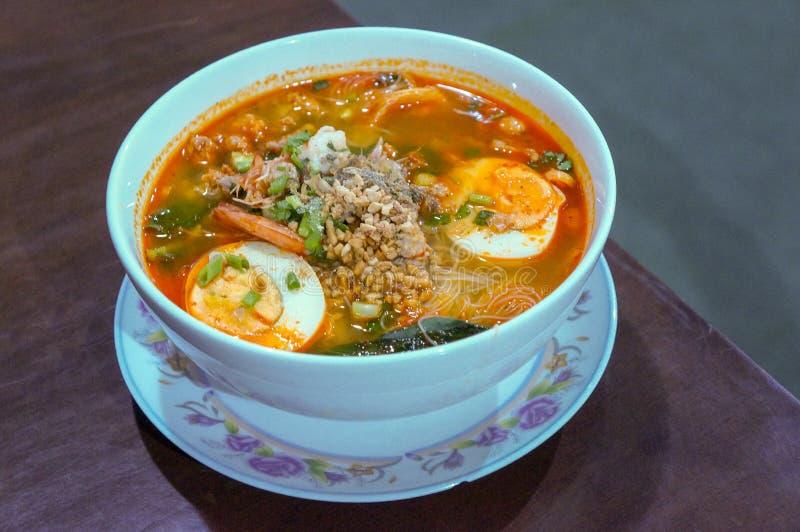 Närbild på en thai läcker kryddig nudelsoppa arkivbild