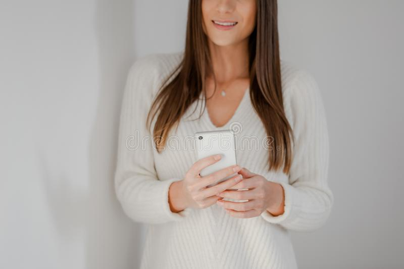 Närbild på kvinnahänder genom att använda en smartphone royaltyfri foto