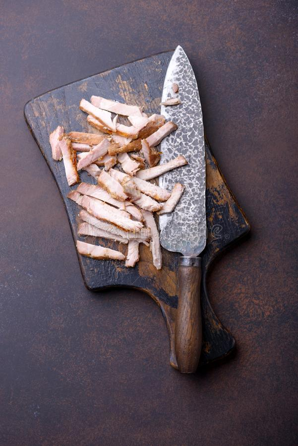 Närbild skivat köttgriskött på skärbräda fotografering för bildbyråer