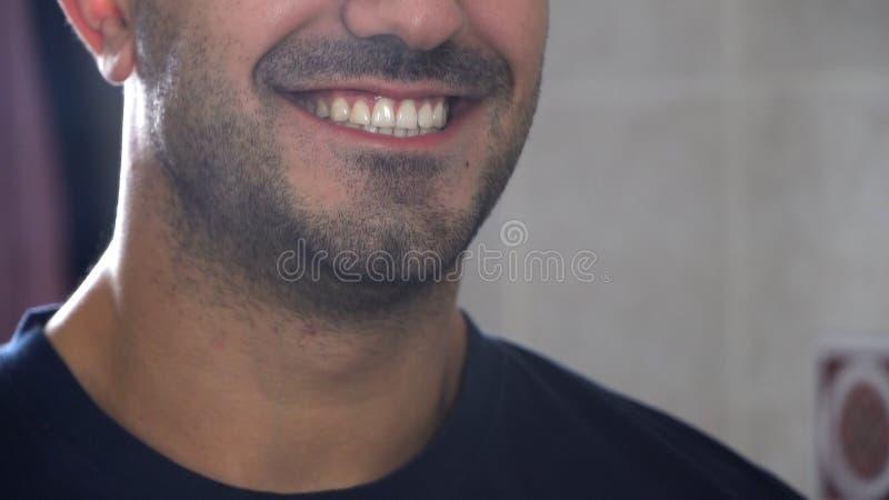 Närbild som ler framsidan av den stiliga unga skäggiga mannen Stäng sig upp av perfekta manliga tänder Closeup som skjutas av eno royaltyfri foto