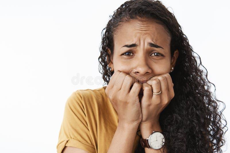 Närbild som skjutas av den flapp ur-ut upprivna skriande afrikansk amerikankvinnan som skrämmas, och skrämt darra från att bita f arkivbilder