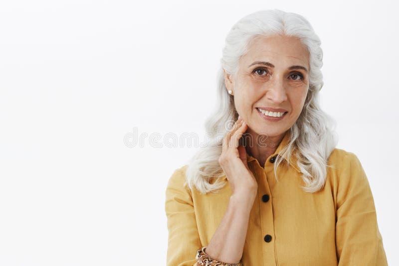 Närbild som skjutas av elegant aktiverad och sund hög dam i moderiktigt gult trycka på för lag som och för örhängen är rent och s royaltyfri foto