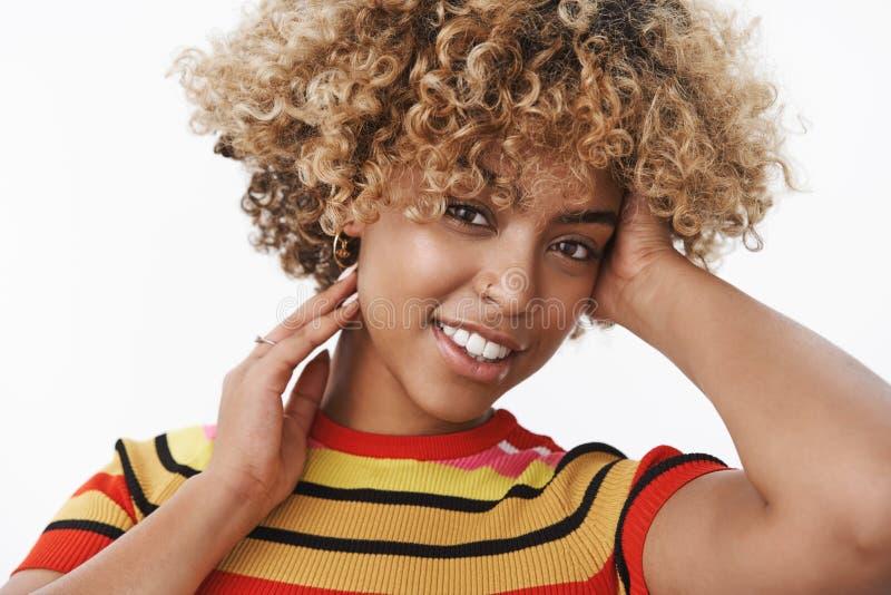 N?rbild som skjutas av stilfull kvinna f?r mjuk och sinnlig attraktiv f?rsiktig afrikansk amerikan med ganska afro frisyr och tr? royaltyfria foton