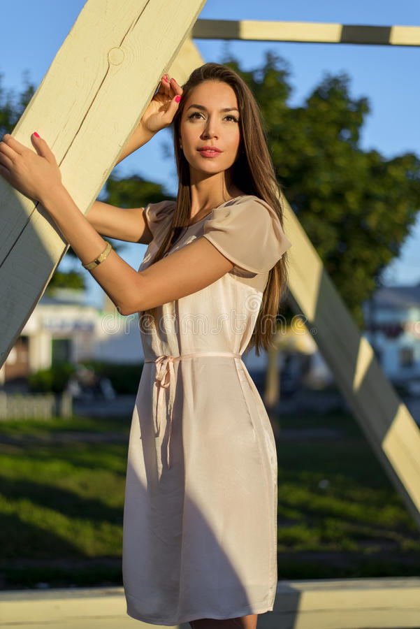 Närbild stående av en härlig flicka i affärsklänning Vila ljus solig sommardag, utomhus, studentbrunett arkivfoton