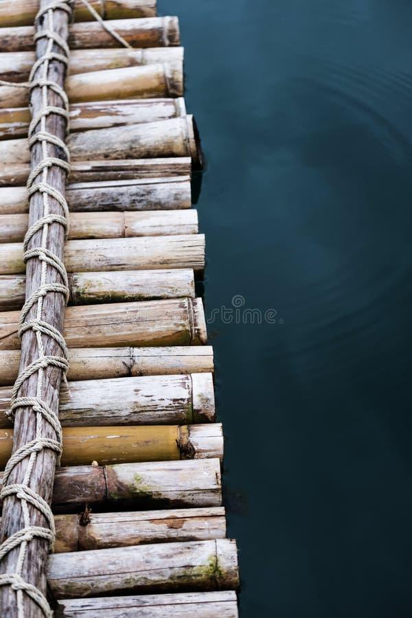 Närbildbambuflotte på vattnet royaltyfria bilder