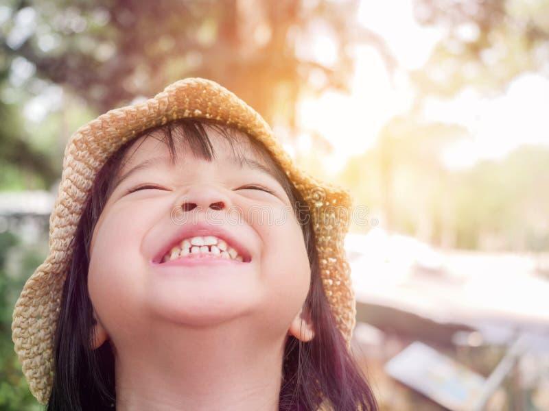 Närbildbild av den lyckliga lilla flickan, lycka, överraskning, spänning arkivfoton