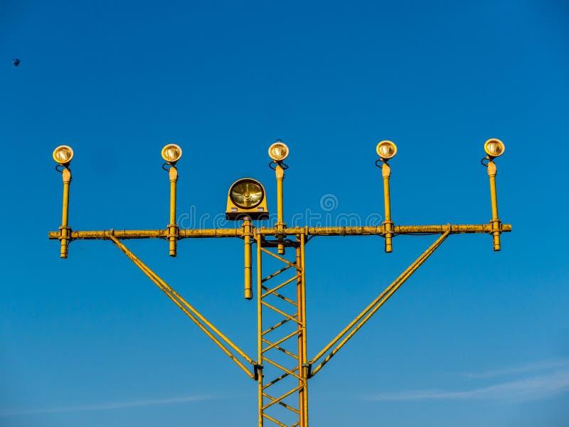 Närbildbild av flygplatssignalljus för flygplan med blå himmel royaltyfri bild
