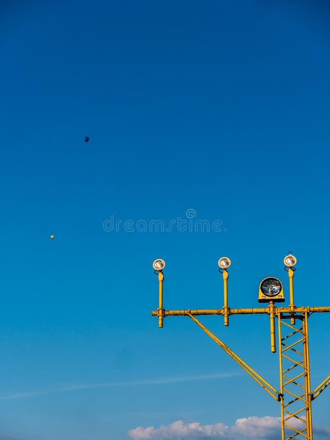Närbildbild av flygplatssignalljus för flygplan med blå himmel fotografering för bildbyråer