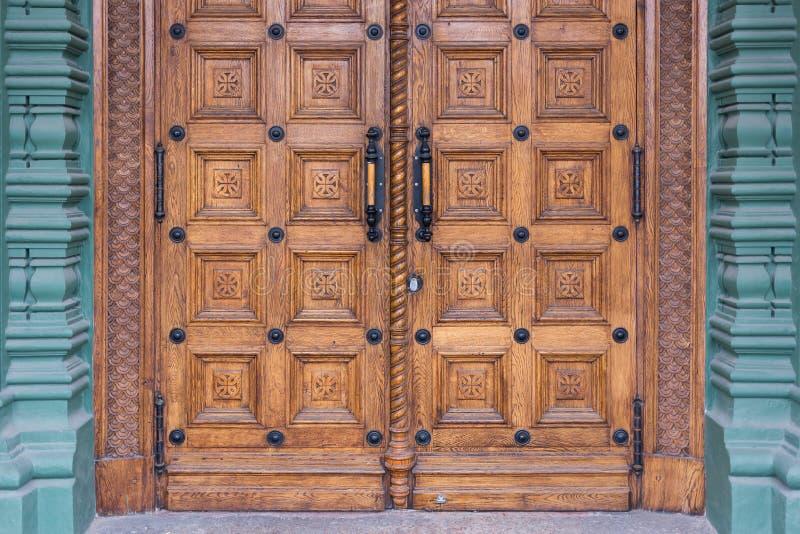 Närbildbild av forntida dörrar royaltyfri foto