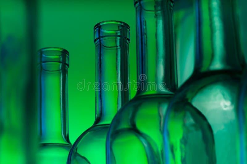 Närbildbild av tomma glass vinflaskor arkivfoto