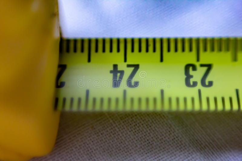 Närbildbilden av enfärgad rullmeter i cm, kan du också se strecken som markerar millimetrarna arkivbilder