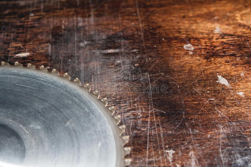 Närbildbladcirkelsåg på bakgrunden av trätabellen Verscak Träseminarium för tillverkning av fotografering för bildbyråer