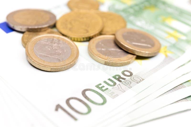 Närbildbunt av eurosedlar och mynt euro f?r 100 sedlar royaltyfria foton