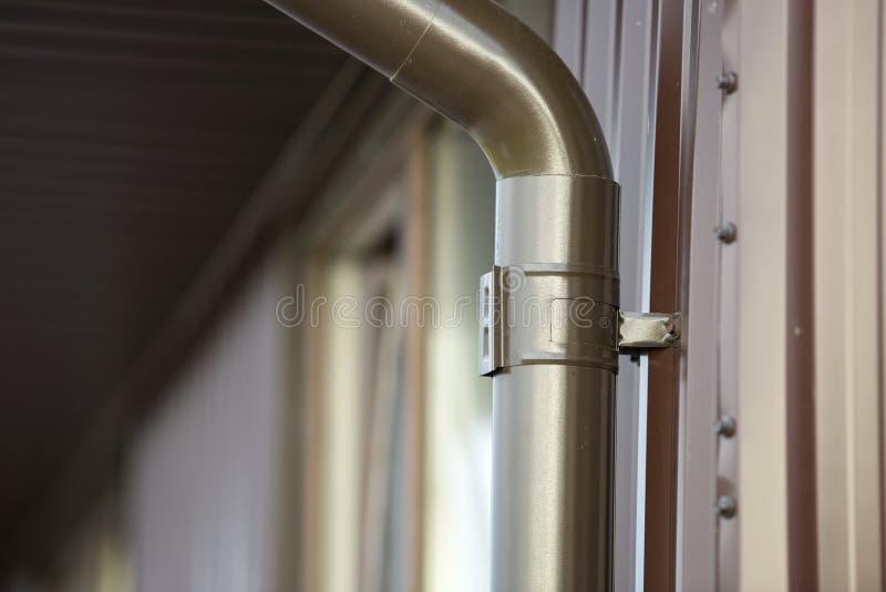 Närbilddetalj av stugahushörnet med sid för metallplankor royaltyfria bilder