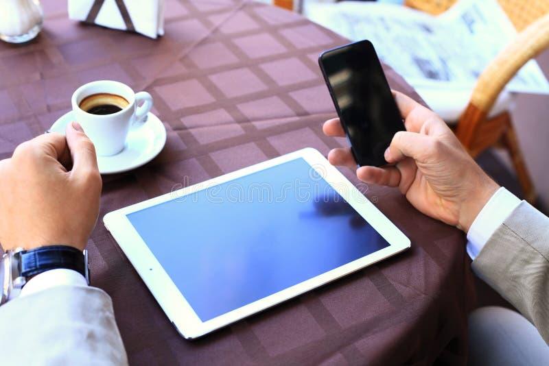 Närbilden av affärsmannen räcker den rörande digitala minnestavlan royaltyfria foton