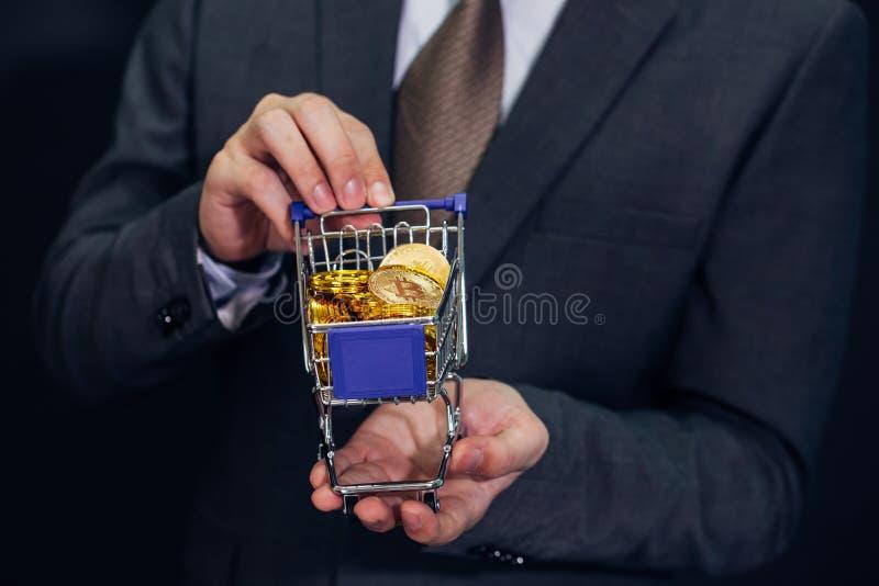 Närbilden av affärsmanvisningen och innehavet skjuter vagnen mycket av bi arkivfoto