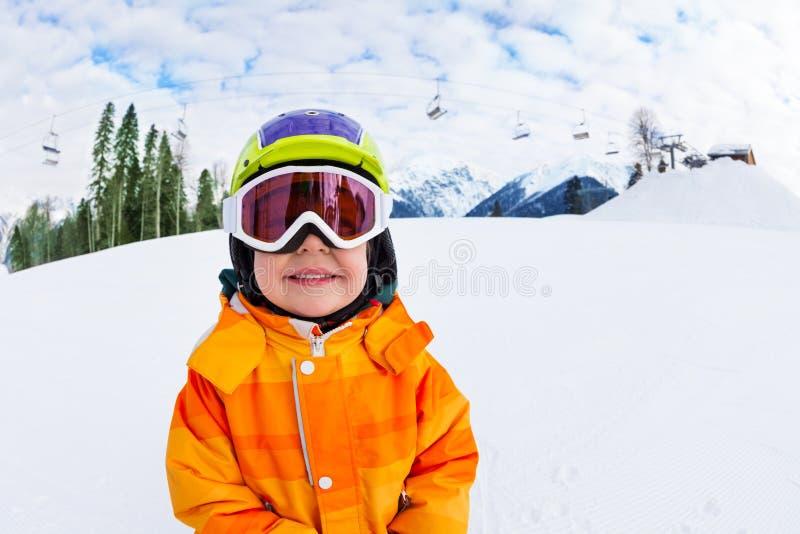 Närbilden av att le att bära för pojke skidar maskeringen i vinter royaltyfria bilder