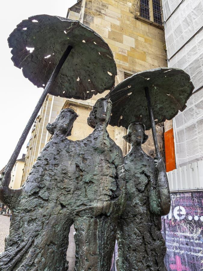 Närbilden av brons skulptur Regenschirmdamen eller Aachen väder på Aachen, Tyskland royaltyfri foto