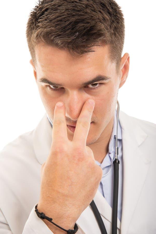 Närbilden av den stiliga doktorn som gör blick in i mina ögon, gör en gest arkivbild