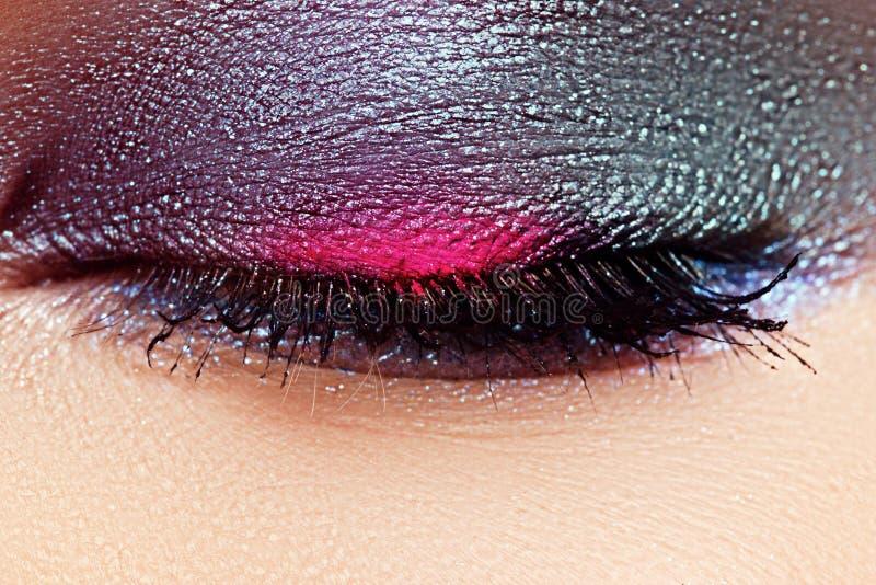 Närbilden av det härliga kvinnliga ögat med flottan färgar ögonskugga arkivbild